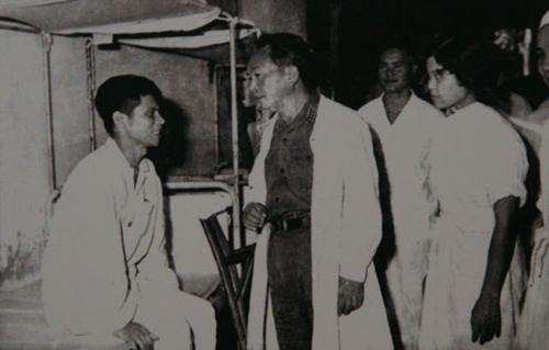 Đại tướng thăm thương, bệnh binh ở Quân y Viện 108 nhân ngày Thương binh Liệt sĩ 27/7/1969. Ảnh: Sách ảnh