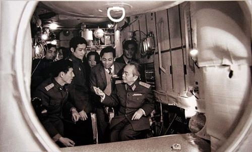 Tháng 7/1980, Đại tướng Võ Nguyên Giáp thăm các phi công vũ trụ Việt Nam đang được huấn luyện tại trung tâm vũ trụ Gagarin (Liên Xô).