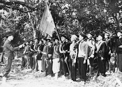 Đồng chí Võ Nguyên Giáp đọc 10 lời thề danh dự của Đội Việt Nam Tuyên truyền Giải phóng quân - tiền thân của Quân đội Nhân dân Việt Nam - tại lễ thành lập đội trong khu rừng Trần Hưng Đạo, Cao Bằng ngày 22/12/1944.
