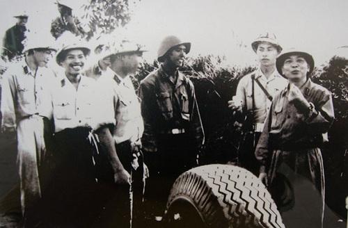 Đại tướng Võ Nguyên Giáp thăm Đại đội 9, Trung đoàn Pháo phòng không 260, Hà Nội 1966.