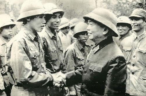Đại tướng Võ Nguyên Giáp thăm đơn vị bộ đội, Hà Nội 1972.