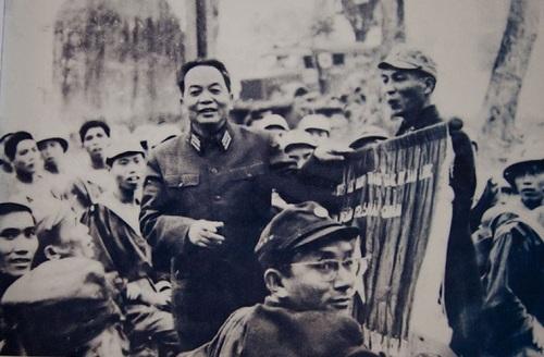 Đại tướng Võ Nguyên Giáp trao tặng danh hiệu Anh hùng Lực lượng Vũ trang Nhân dân cho Đoàn Đặc công Hải quân 126, năm 1967.