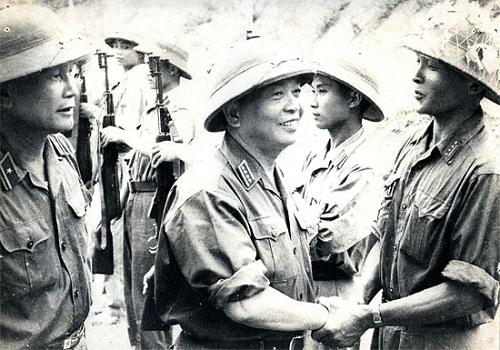 Đại tướng Võ Nguyên Giáp thăm cán bộ, nhân dân, chiến sĩ đảo Cô Tô năm 1959. (Nguồn: Bảo tàng Quảng Ninh)