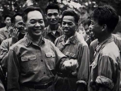 Đại tướng Võ Nguyên Giáp thăm các chiến sĩ vào năm 1968