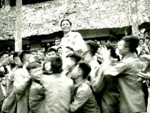 Các chiến sĩ thi đua trong chiến dịch Điện Biên Phủ vui mừng công kênh Đại tướng tại lễ mừng công (ngày 13-5-1954)