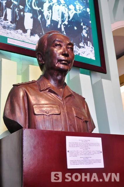 Tượng đài Đại tướng Võ Nguyên Giáp tại Bảo tàng lịch sử quân sự Việt Nam