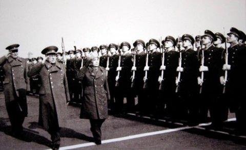 Bộ trưởng Quốc phòng Liên Xô, nguyên soái Ustinov (bên trái, hàng trên) và Đại tướng Võ Nguyên Giáp duyệt đội danh dự trong chuyến thăm Liên Xô năm 1977.