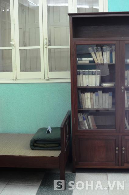 Bên cạnh giường là một tủ sách