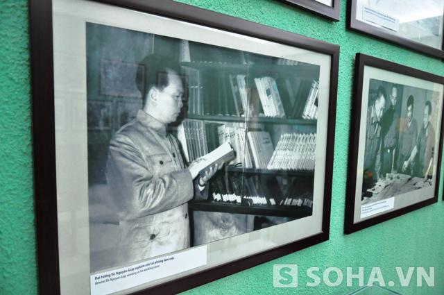 Bức ảnh chụp Đại tướng bên tủ sách của mình
