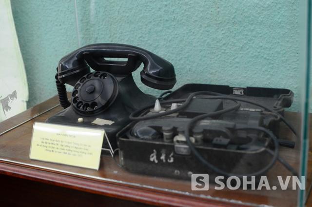 Trong phòng còn có một chiếc điện thoại khác. Đây là chiếc điện thoại mà Đại tướng Võ Nguyên Giáp đã sử dụng để chỉ đạo các chiến trường trong cuộc kháng chiến chống Mỹ từ năm 1968 đến năm 1975