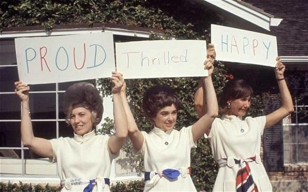Vợ của 3 phi hành gia chào mừng sự kiện tàu Apollo 12 được phóng.