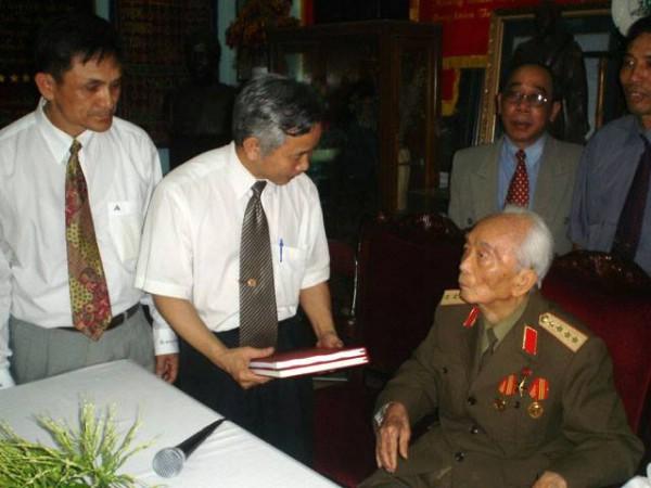 TS Vũ Thế Khanh -Tổng Giám đốc Liên hiệp Khoa học Công nghệ tin học ứng dụng (UIA) vinh dự được gặp Đại tướng.