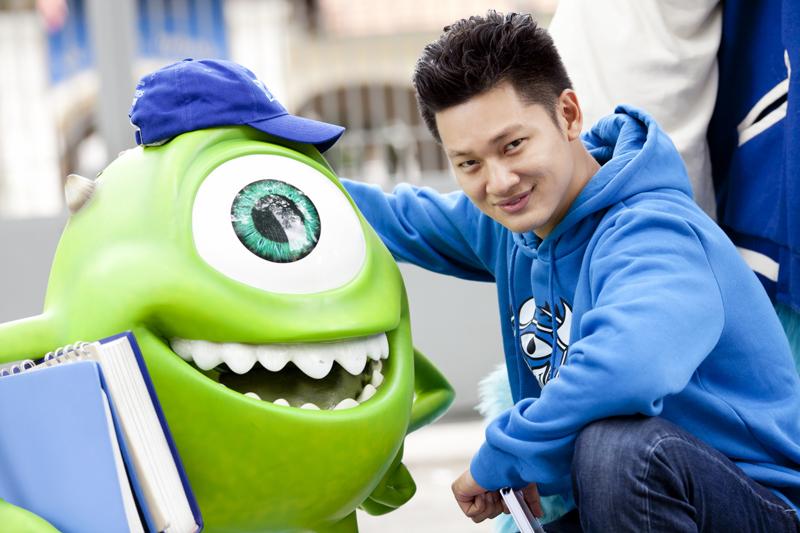 Đức Tuấn cũng hào hứng giới thiệu với người bạn quái vật màu xanh nơi anh đã từng cắp sách đi về.