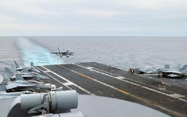 Một máy bay chiến đấu đang chuẩn bị hạ cánh xuống tàu sân bay Mỹ USS George Washington trên Biển Đông hôm 25/10.