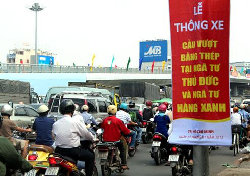 TPHCM: Ùn tắc nghiêm trọng tại cầu vượt sắp khánh thành