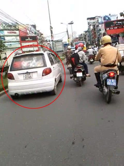 Khi cảnh sát đuổi kịp nhưng tài xe vẫn không chịu chấp hành dừng xe.