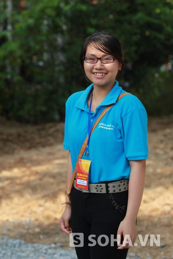 Bùi Thị Yến Hằng là thủ khoa đầu vào, đầu ra ĐH Sư phạm Hà Nội. Cô còn là một trong 123 thủ khoa tốt nghiệp xuất sắc của thủ đô năm 2013..