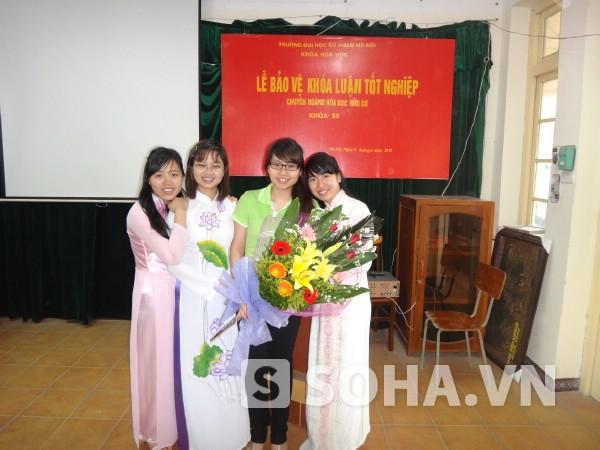 Thủ khoa xuất sắc Bùi Thị Yến Hằng (thứ hai từ trái sang) chia sẻ bí quyết đạt thành tích tốt trong học tập.