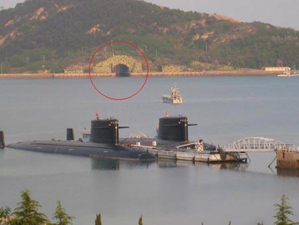 Một hang động(trong ngoặc đỏ) cho tàu ngầm trú ẩn tại căn cứ Ngọc Lâm trên đảo Hải Nam.