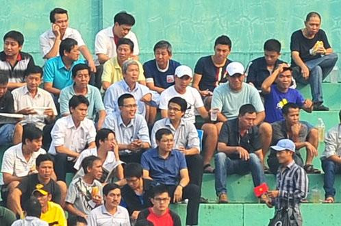 Chuyên gia Đoàn Minh Xương cùng các cộng sự (đội nón trắng) làm việc trên khán đài C sân Thống Nhất ở giải