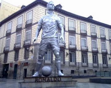 Real đã dựng tượng đồng cho Cris Ronaldo từ đầu năm 2010