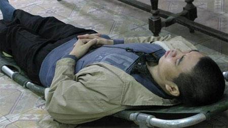 Do bị chấn thương cột sống, Tuấn phải nằm cáng hầu tòa.