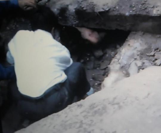 Nam thanh niên mắc kẹt dưới đường ống thoát nước.