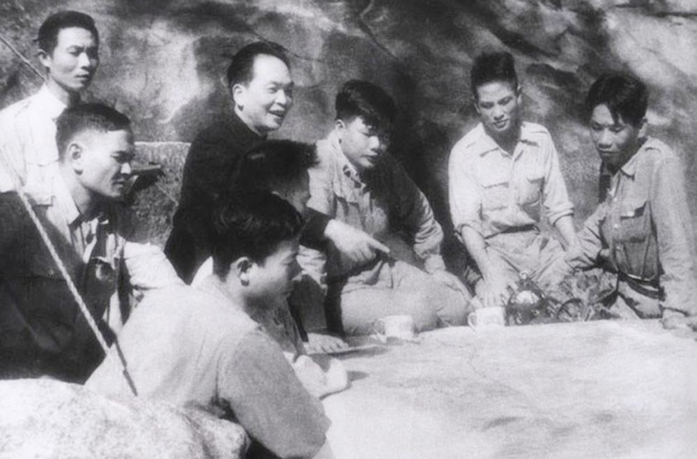 Đại tướng Võ Nguyên Giáp cùng cán bộ chỉ huy họp bàn kế hoạch tác chiến trong chiến dịch Điện Biên Phủ