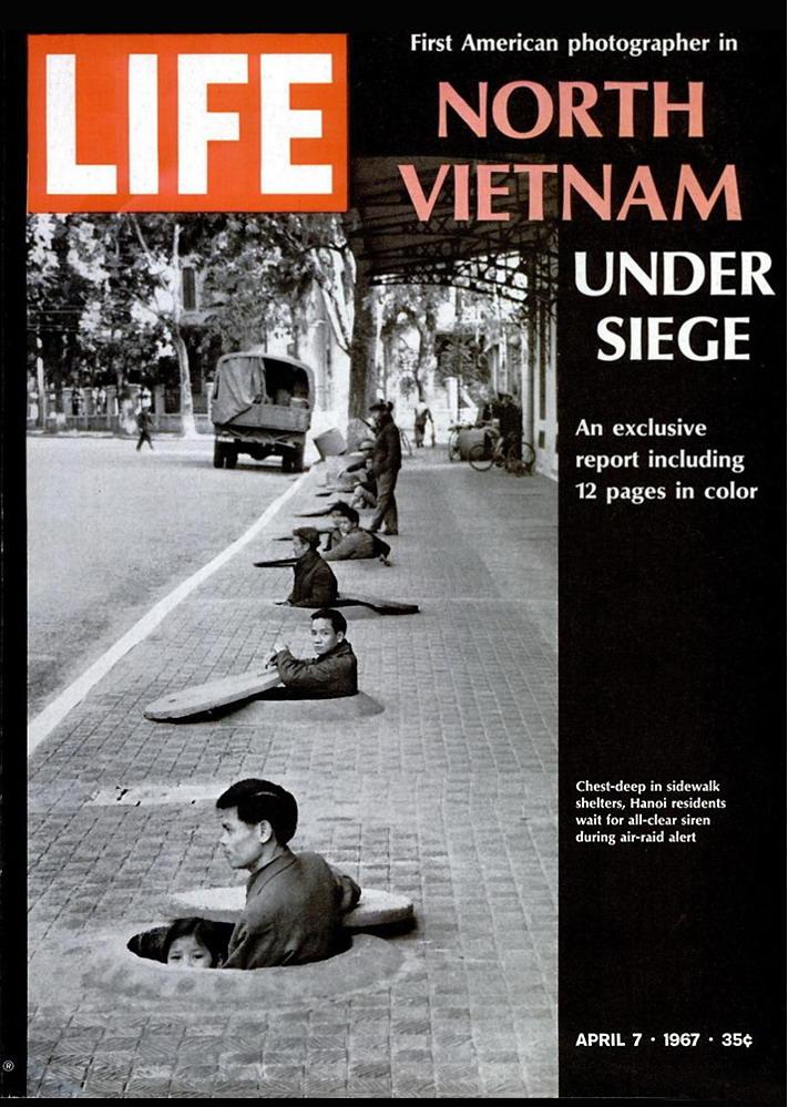 Người dân Hà Nội chờ còi báo động chấm dứt sau cuộc không kích của Mỹ. Ảnh bìa tạp chí TIME số ngày 7/4/1967.