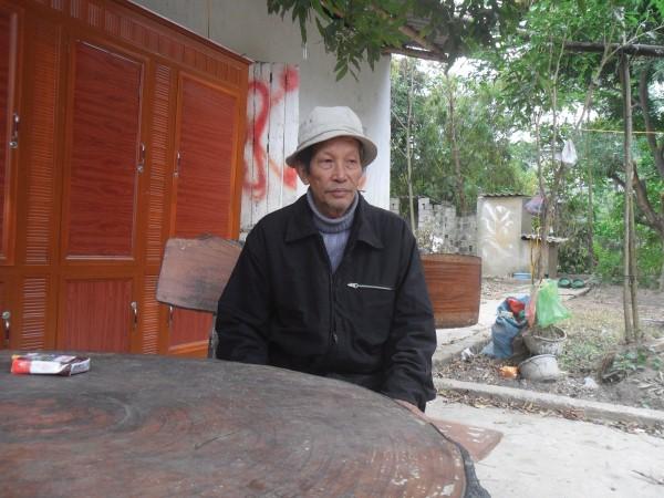 Ông Đinh Lương Huynh - bố hung thủ buồn bã trước sự việc.