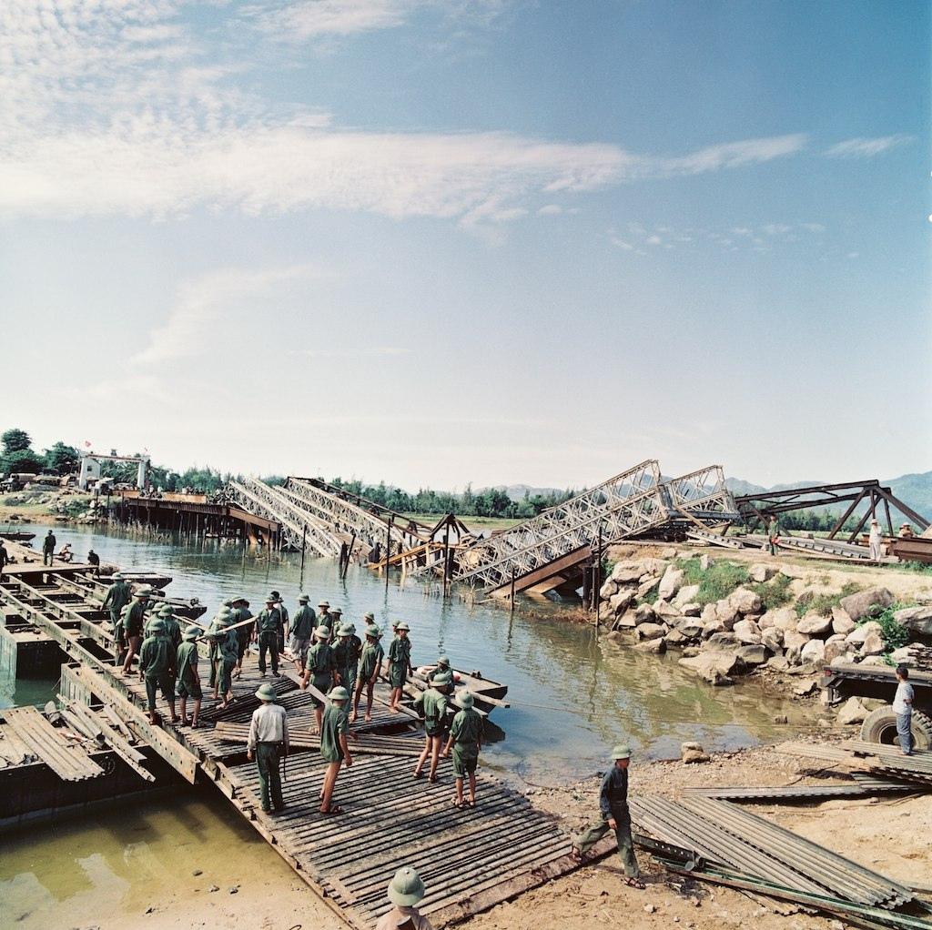 Một cầu tạm ở miền Bắc đang được dựng cạnh một cây cầu bị bom Mỹ đánh sập. Ảnh: Nhiếp ảnh gia Thomas Billhardt.