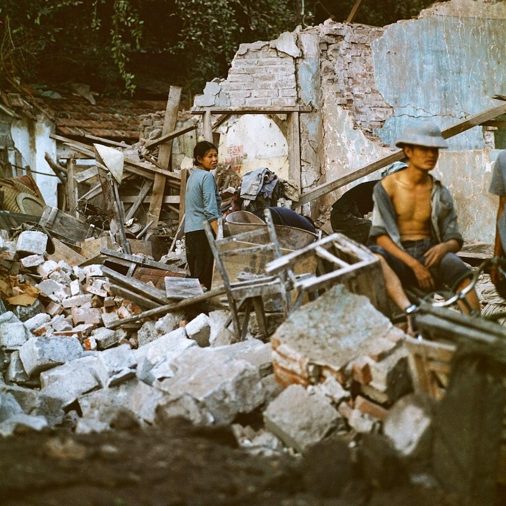 Người dân tìm kiếm tài sản còn sót lại trong đống đổ nát của ngôi nhà mình sau khi bị bom Mỹ dội. Ảnh: Nhiếp ảnh gia Thomas Billhardt.