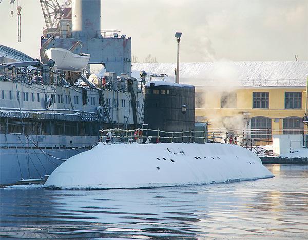 Tàu ngầm HQ 184 Hải Phòng tại cầu cảng Nhà máy Admiralty sau một chuyến thử nghiệm trên biển thành công. Ảnh: Nhà máy Admiralty