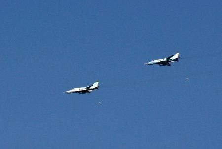 Biên đội máy bay SU-22 thực hành công kích mục tiêu. Ảnh: Nam Yến.