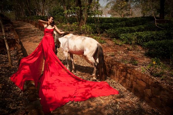 Chiếc váy đỏ nổi bật trải dài trên nền đất.