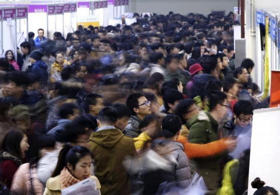 Người lao động xem thông tin việc làm tại một hội chợ việc làm ở Trịnh Châu, tỉnh Hà Nam, Trung Quốc.
