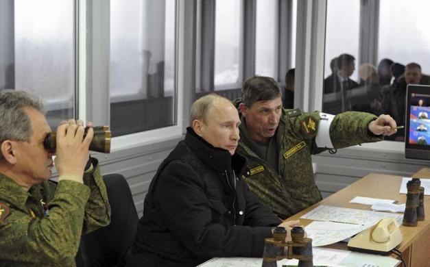 Tổng thống Nga Vladimir Putin cùng các quan chức quân đội cao cấp quan sát cuộc tập trận quân sự tại thao trường Kirillovsky, Leningrad, Nga.