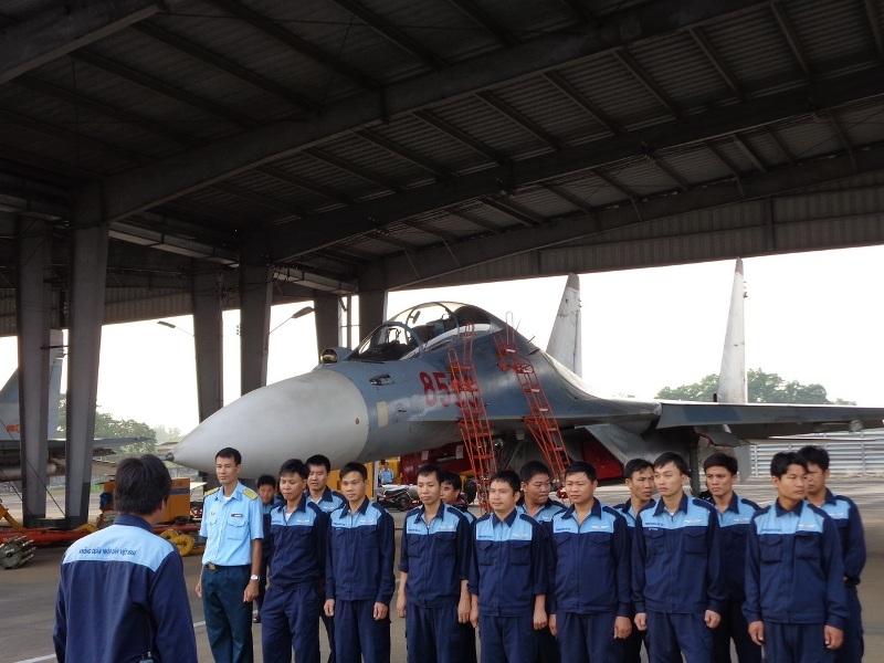 Sau khi hoàn thành nhiệm vụ kiểm tra máy móc, thiết bị, tiếp dầu, treo lắp vũ khi, bộ phận mặt đất bàn giao máy bay cho phi công