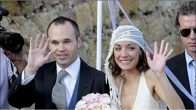Iniesta và vợ giờ đây không thể mỉm cười hạnh phúc như thế này!