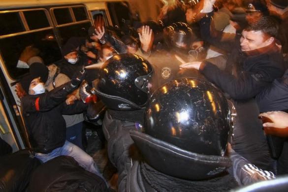 Cảnh sát cố gắng tách hai nhóm biểu tình chống và ủng hộ Nga khi họ đụng độ nhau ở Donetsk, Ukraine.