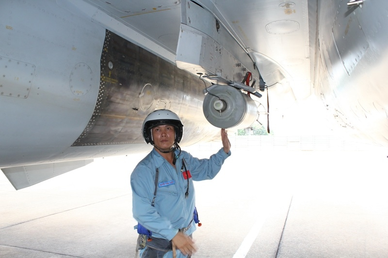 Phi công tiếp nhận máy bay, kiểm tra tình trạng vũ khí. Trong ảnh là đại tá phi công Nguyễn Xuân Tuyến, nguyên trung đoàn trưởng Trung đoàn 935, hiện là Phó sư đoàn trưởng Sư đoàn không quân 370