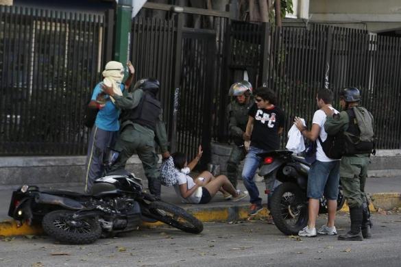 Cảnh sát bắt giữ những người biểu tình chống chính phủ ở Caracas, Venezuela.