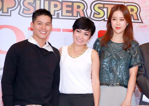 Baek Ji Young đứng cạnh Phương Thanh trong buổi họp báo giới thiệu gameshow Ngôi sao Việt.