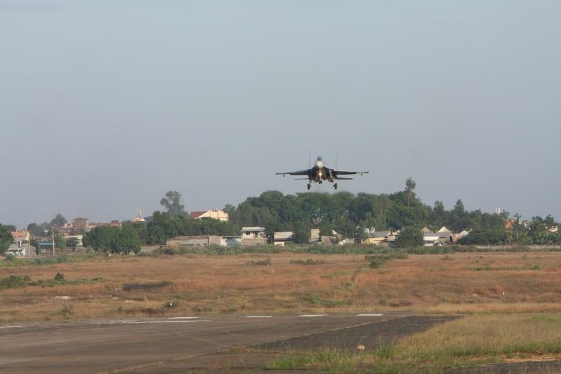 Một chiếc Su 30Mk2 hoàn thành nhiệm vụ bắn, ném trở về, đang hạ độ cao, chuẩn bị hạ cánh