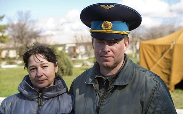 """Sau 4 ngày giam giữ, lực lượng Nga đã thả đại tá Mamchur hôm 26/3. """"""""Mamchur trông kiệt sức nhưng không có dấu hiệu bị đánh đập"""", phát ngôn viên hải quân Ukraina Vladislav Seleznyov cho hay. Trong ảnh, ông Mamchur và vợ tại căn cứ Belbek. Ảnh: Telegraph."""