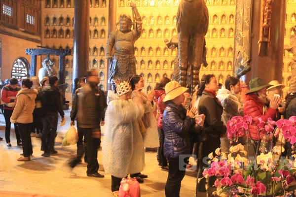 Nhiều người vẫn mặc áo mưa, đội mũ thắp hương.