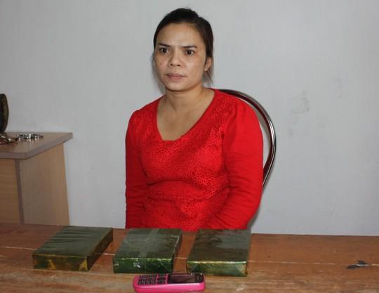 Một trong những phụ nữ bị bắt cùng số ma túy tang vật