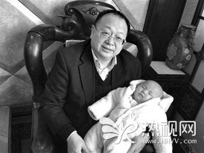 Lu Zhi Yuan chụp ảnh cùng đứa con chung của hai người.