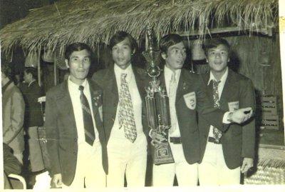Hàng tiền đạo đội banh VNCH đoạt cúp Quân Đội Thái năm 1974, từ trái: Nguyễn Văn Thắng, Quang Đức Vĩnh, Võ Thành Sơn (người ôm cúp vô địch), và Lê Văn Tâm.