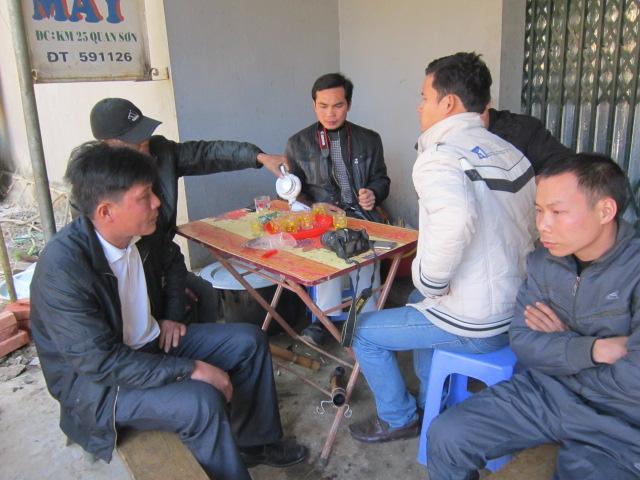 Người thân, hàng xóm gia đình anh Tỉnh trình bày vụ việc với PV